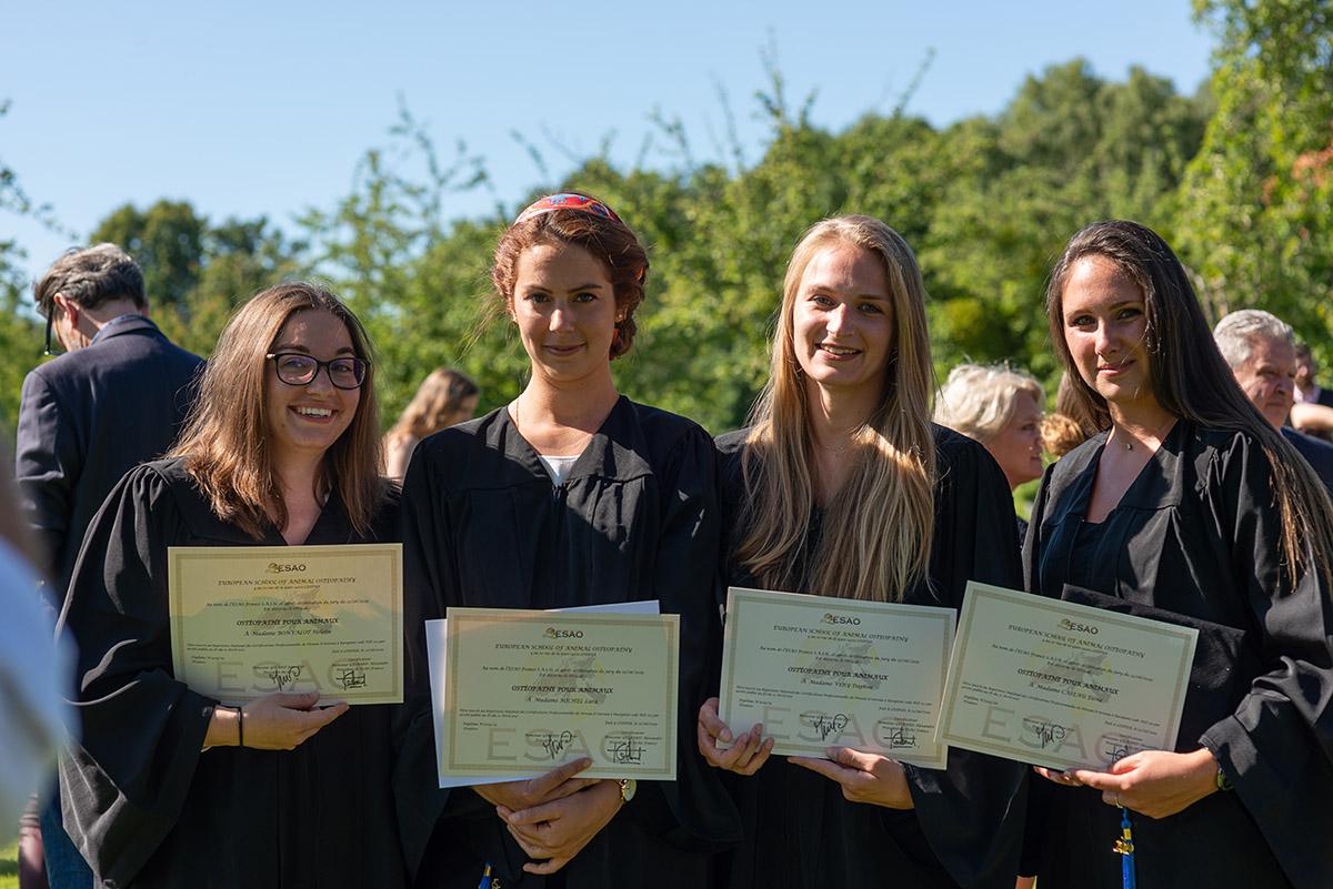 Étudiants diplomées de l'ESAO en ostéopathie animale