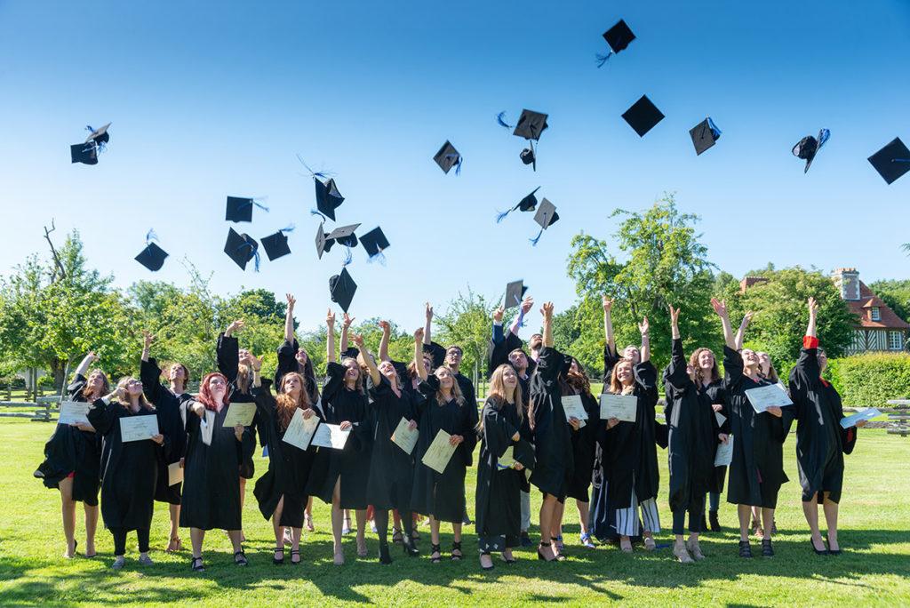 étudiants qui reçoivent leur diplôme